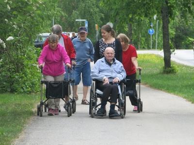 Palvelukeskus Wäinölän asiakkaita ulkoilemassa.
